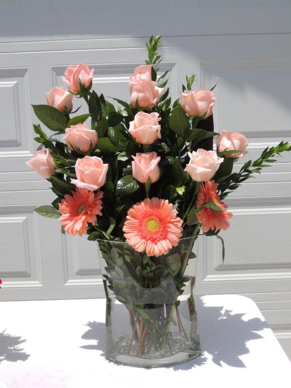 Dozen Peach Roses & Orange Daisies In Glass Pitcher Vase | Alex Flowers